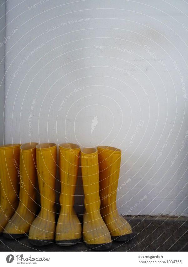 grüppchenbildung! weiß gelb Wand Mauer Arbeit & Erwerbstätigkeit Zusammensein Freizeit & Hobby dreckig mehrere Schuhe warten Schutz Baustelle Sicherheit