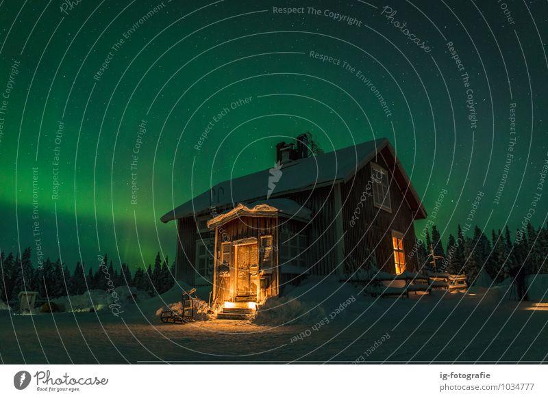 Polarlicht in der Nacht Haus Landschaft Himmel dunkel fantastisch Wärme grün Stimmung Surrealismus Aurora Polaris Schönheit in der Natur Farbbild glühend