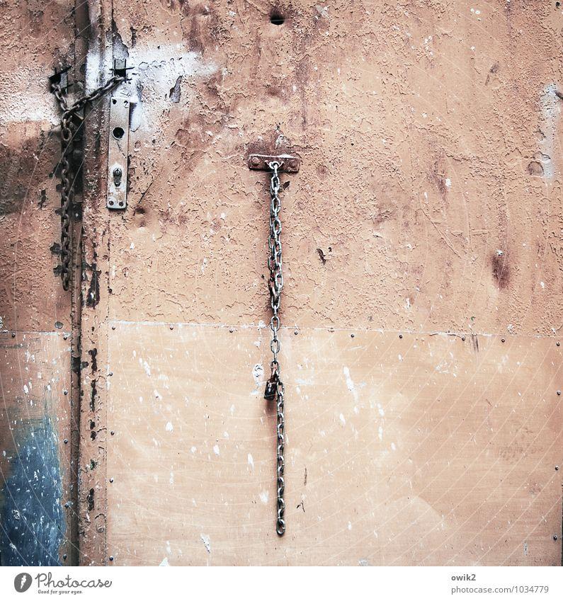 Tresor Tür Kette Kettenglied Metall alt hängen eckig einfach trashig trist blau Tatkraft Vertrauen Sicherheit Schutz Verschwiegenheit Krise Problemlösung