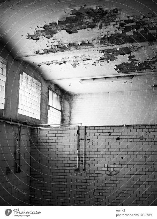 Badezimmer Mauer Wand Fassade Fenster Raum Fliesen u. Kacheln Eisenrohr Wasserrohr Stein Glas Metall alt historisch kaputt trashig trist Verfall Vergangenheit