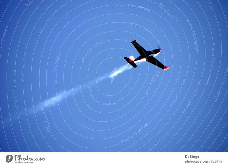 Die Welt steht Kopf Himmel weiß blau Sommer Wolken Linie Angst Flugzeug Geschwindigkeit Luftverkehr Flügel Rauch Schönes Wetter Panik Schwanz Wasserdampf