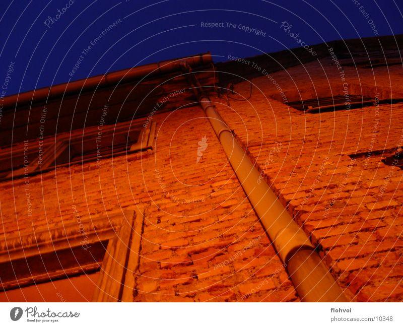 lange rinne Regenrinne Nacht Weimar Haus dunkel steil Dinge Stein orange drehen ruhig