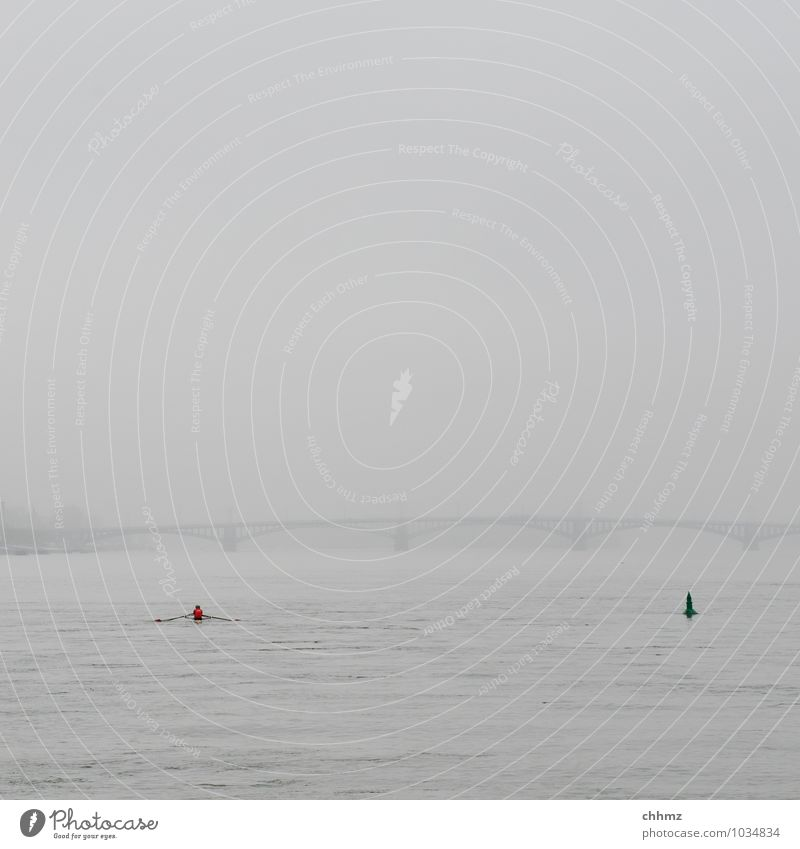 Roter Punkt Mensch Himmel Stadt Wasser Erholung rot Einsamkeit Ferne Leben Sport Gesundheit grau Horizont Wasserfahrzeug träumen Nebel