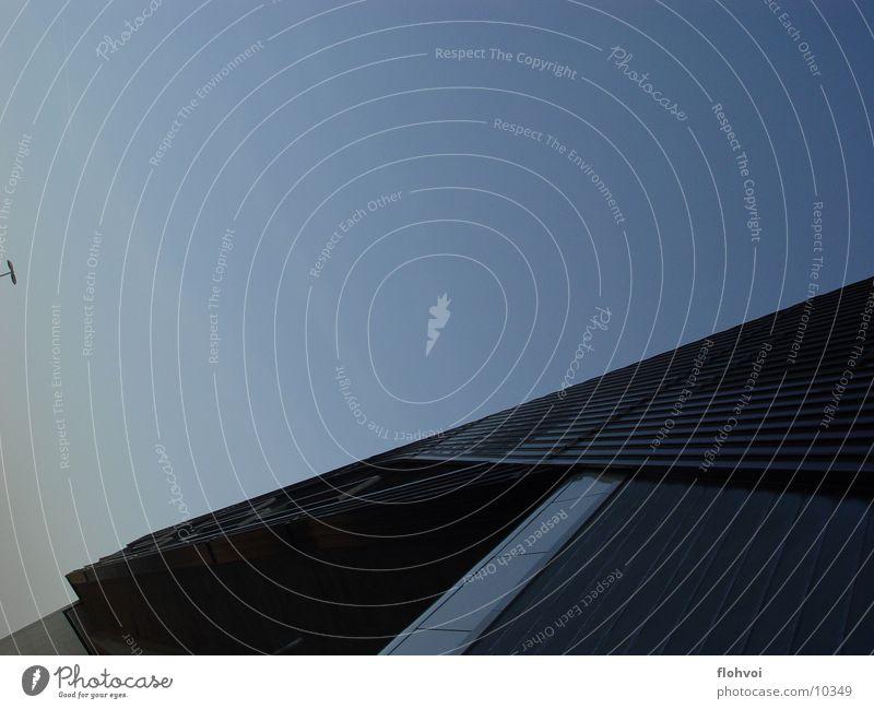 move! Eingang interessant grau Beton Fenster Horizont Architektur Zaha Hadid bmw werk leipzig Reichtum blau Metall Kontrast Strukturen & Formen Himmel Bewegung