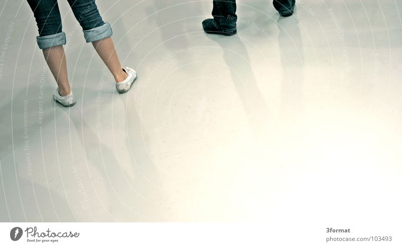 rumstehen Mensch weiß Einsamkeit Beine Fuß hell glänzend 2 Raum modern Textfreiraum mehrere Schuhe leer warten