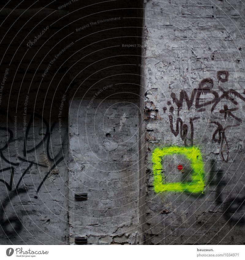 unten rechts. Fabrik Ruine Bauwerk Gebäude Mauer Wand Fassade Ziel Quadrat Punkt Stein Zeichen Schriftzeichen Graffiti Linie Streifen entdecken glänzend