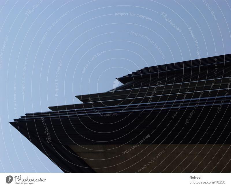 scratcher Eingang interessant grau Beton Fenster eckig Ecke Architektur Zaha Hadid bmw werk leipzig Reichtum blau Metall Kontrast Strukturen & Formen Spitze