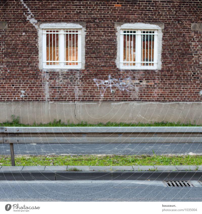 :|. Stadt Haus Fenster Wand Straße Architektur Gras Wege & Pfade Gebäude Mauer Stein Fassade Angst Häusliches Leben Verkehr gefährlich