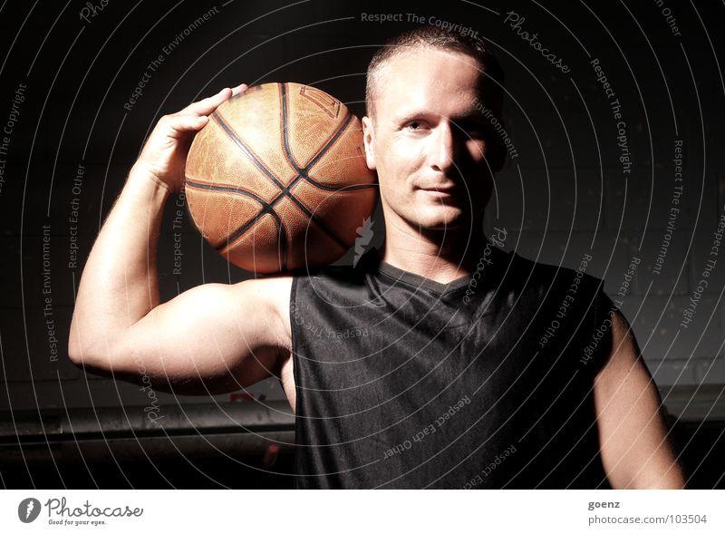 Der Spieler Basketballer Mann Sporthalle Spielen Trikot dunkel Körperhaltung Ball Lagerhalle sportlich Schatten