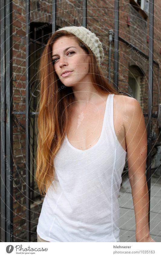 Frau Stadt alt schön rot Erotik Haus Mädchen Erwachsene Straße Stil Glück Mode Behaarung blond niedlich