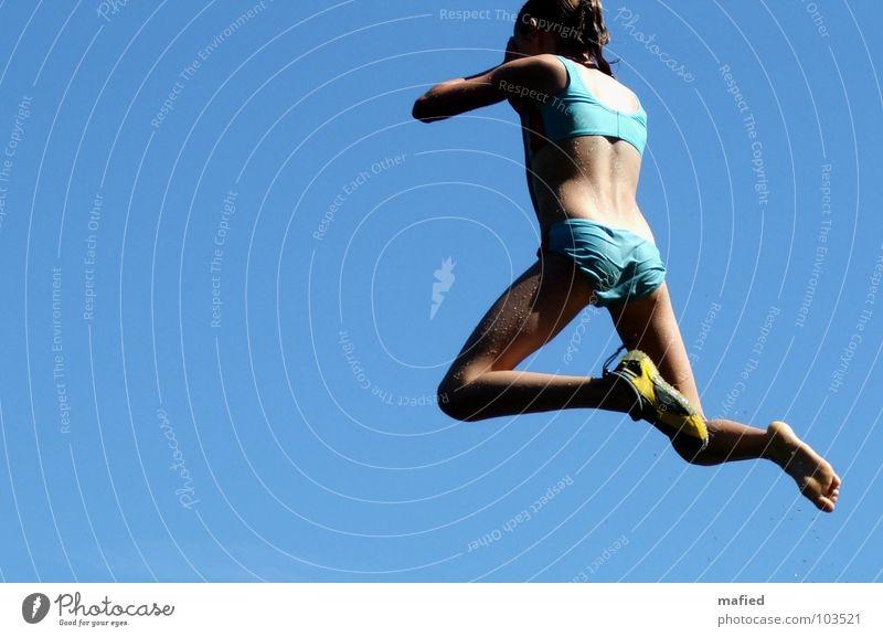 Brüder zur Sonne ins Freibad Himmel blau Mädchen Sommer Freude Spielen springen Schuhe Schwimmen & Baden nass Luftverkehr schreien Mut Sprungbrett Freibad