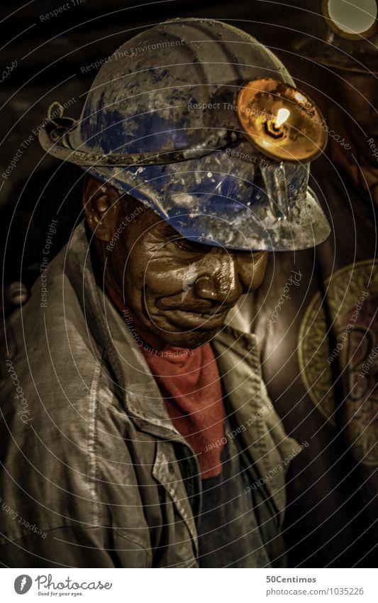 Ein alter Bergarbeiter in Bolivia Arbeit & Erwerbstätigkeit Beruf Handwerker Mann Erwachsene Großvater 1 Mensch 45-60 Jahre 60 und älter Senior Jacke Helm Armut