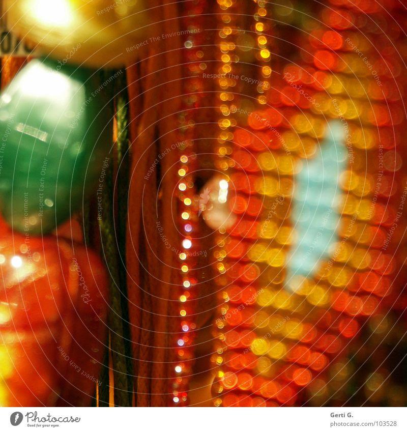 p e a r l s mehrfarbig orange grün Unschärfe Lichtpunkt Schmuck Perle aufgereiht hängen hängend Kitsch dünn Verschiedenheit verschönern Hängeohr