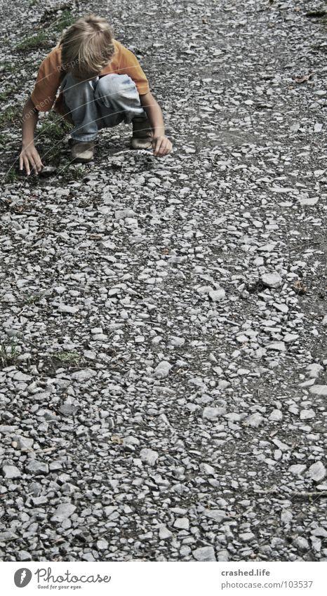 Steinspiele Kind Hand Junge Spielen Haare & Frisuren Wege & Pfade Jeanshose T-Shirt Hose Surrealismus falsch Kies Schotterweg