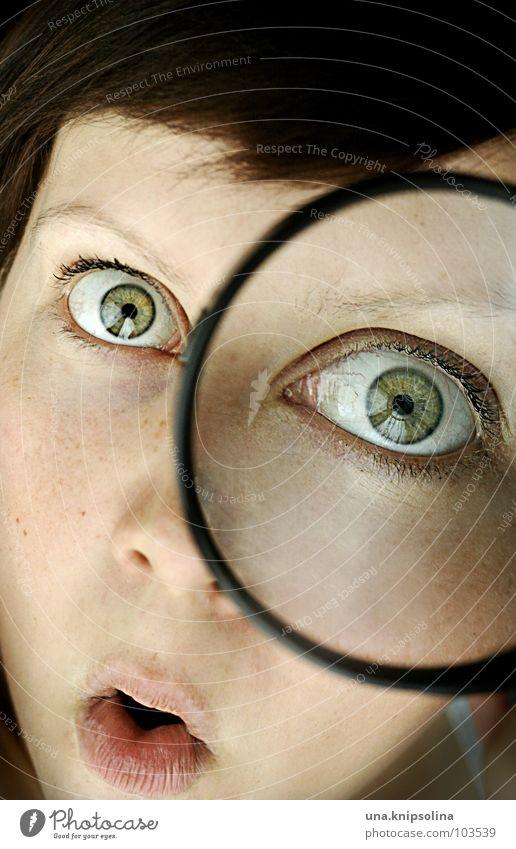 ooooaaaahr Frau Jugendliche grün Junge Frau 18-30 Jahre Erwachsene Gesicht Auge unten Durchblick nehmen erstaunt Lupe forschen dunkelhaarig untersuchen