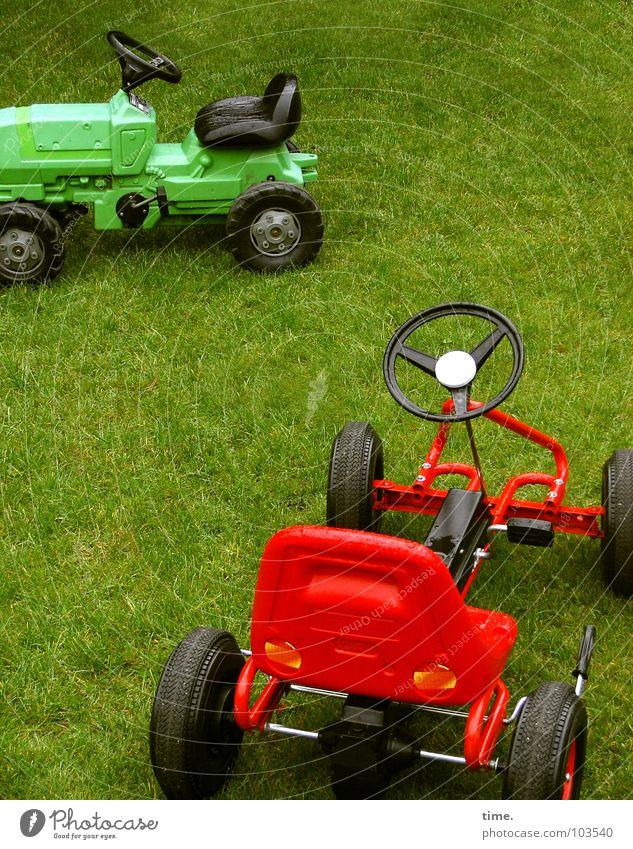 Sleeping Offroadies grün rot Freude schwarz Wiese Spielen Rasen Spielzeug Jagd Leidenschaft Statue Dynamik parken Sportveranstaltung Konkurrenz Traktor