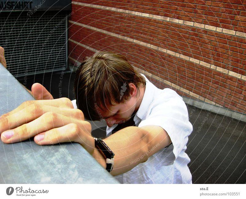 von der stütze leben Kerl Körperhaltung stehen Strebe Armband Hand Finger Neigung senken Denken Barriere Einfahrt Tiefgarage Gitter Muster parallel Hemd T-Shirt