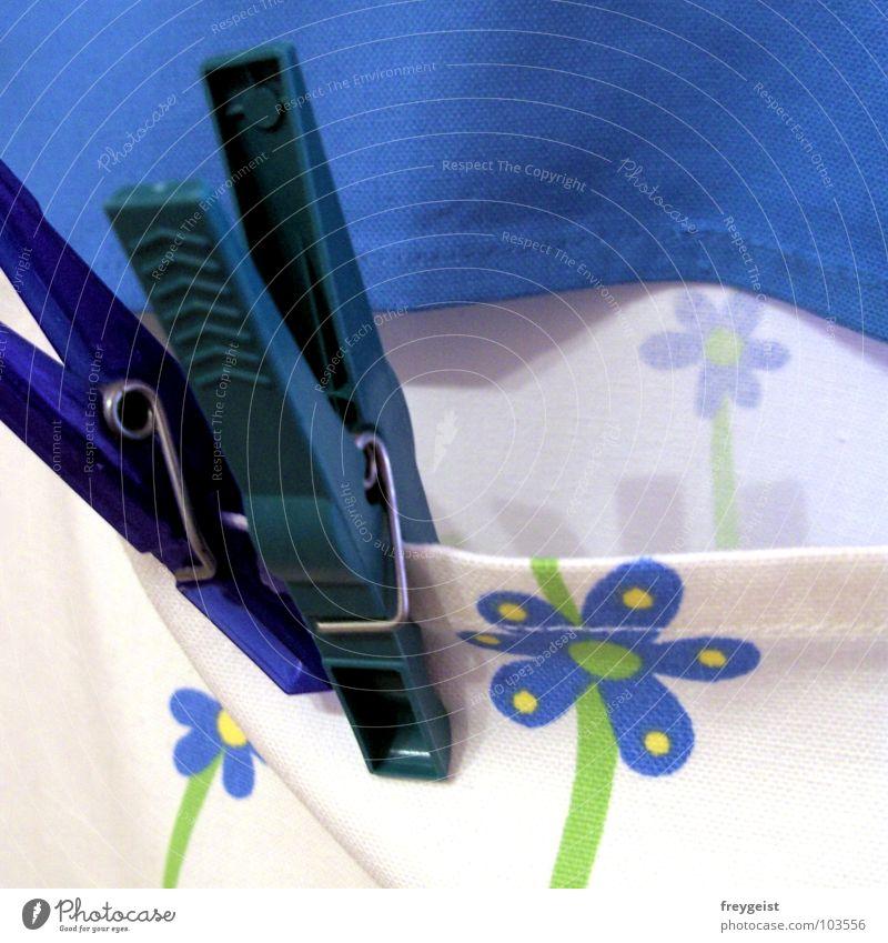 Klammer nicht Wäscheklammern Wäscheleine Bekleidung grün Waschtag Detailaufnahme festhalten Seil blau Makroaufnahme Wäsche waschen