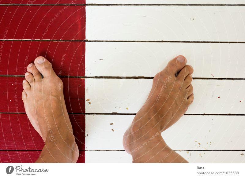 mit einem Bein Mensch weiß rot Beine Fuß Boden Holzfußboden