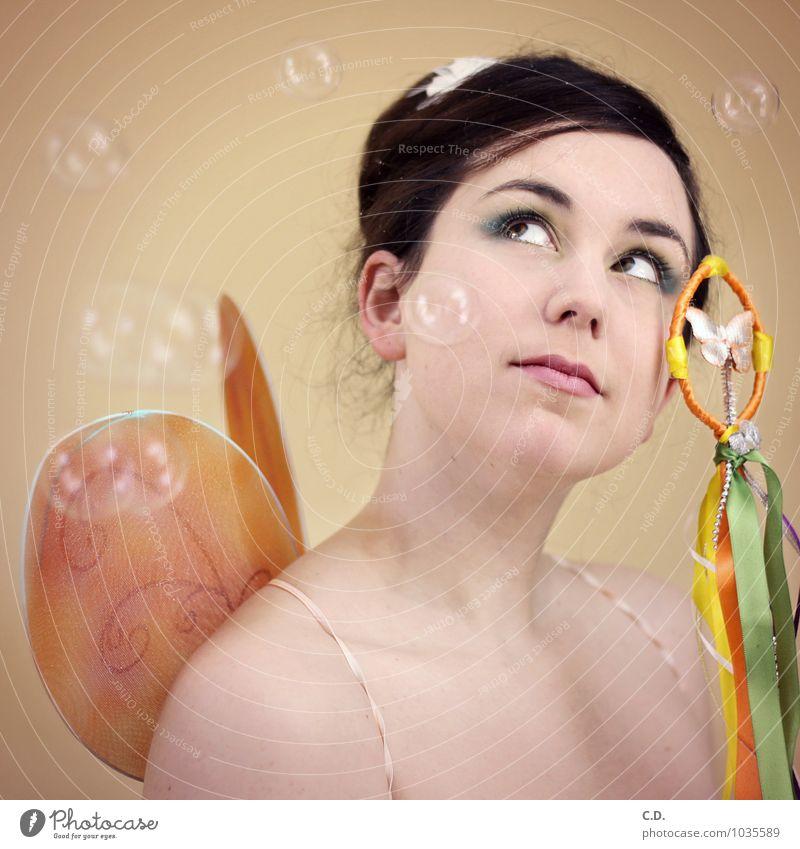 Fee Junge Frau Jugendliche 18-30 Jahre Erwachsene brünett langhaarig fliegen träumen Freundlichkeit Fröhlichkeit gut schön Kitsch niedlich Klischee Märchen