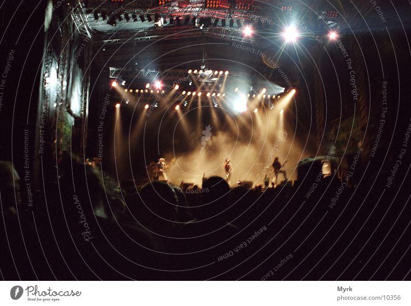 Open Air am Abend Musik Tanzen Show Konzert Schnur Bühne Publikum Fan Scheinwerfer Open Air Kopfschütteln