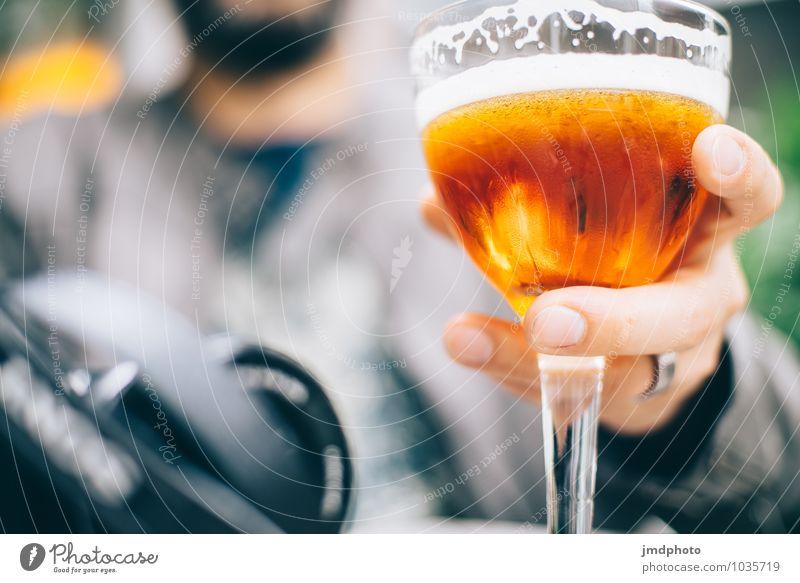 Prost! Mensch Mann Erholung Hand Erwachsene gelb Essen Feste & Feiern Lifestyle maskulin orange gold Glas genießen Getränk Finger