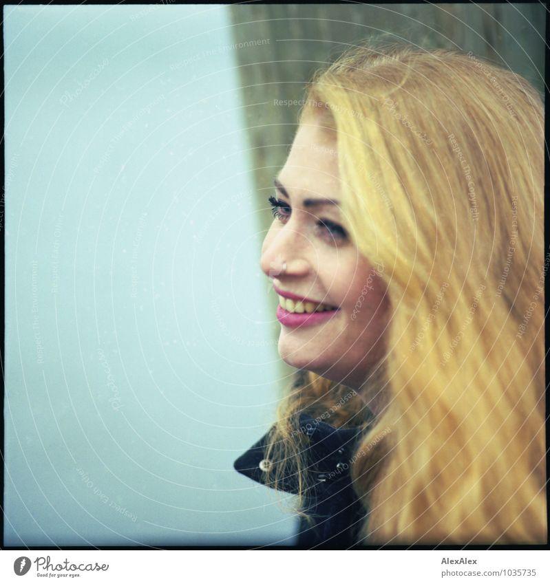 Freude Ausflug Junge Frau Jugendliche Haare & Frisuren Gesicht Grübchen Sommersprossen 18-30 Jahre Erwachsene Küste Mantel Piercing rothaarig langhaarig Holz
