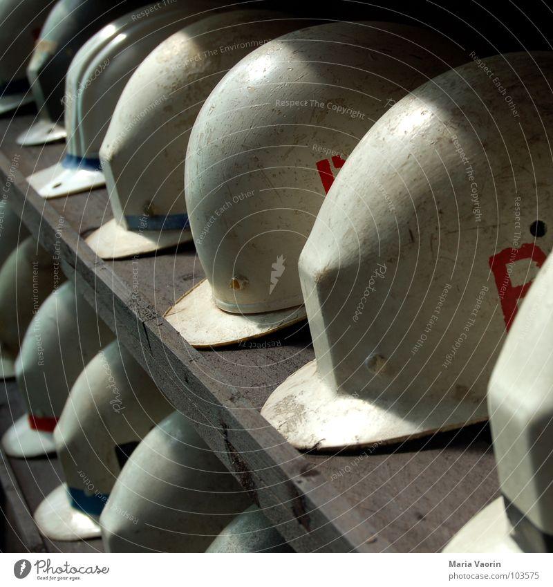 Gib Unfällen keine Chance Arbeit & Erwerbstätigkeit Ordnung gefährlich Sicherheit Baustelle Schutz Handwerk Unfall Bauarbeiter Helm Arbeiter Bergbau Regal