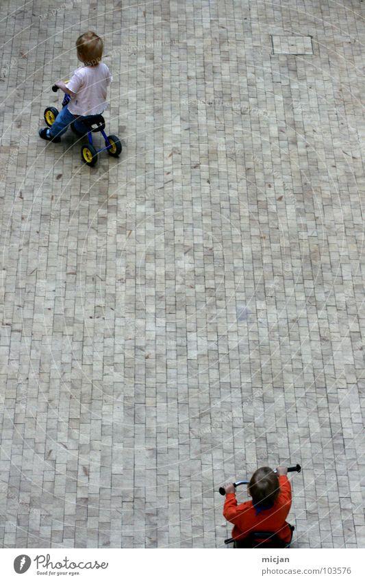 Hardy & Laurel Kind weiß rot Freude Straße Spielen oben Junge grau klein Stein lustig Wildtier Platz Verkehr Geschwindigkeit