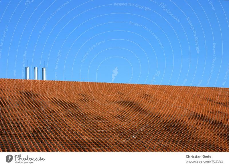 Dachlandschaft Himmel blau rot oben Architektur Horizont 3 Backstein Stahl Schornstein Hörsaal Dachziegel Aula