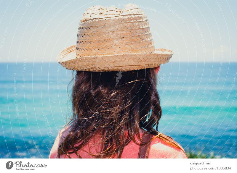 Ausflug, Girl mit Sonnenhut am Strand des blauen Oceans und schaut auf das Meer Freude Erholung wandern feminin Mädchen Haare & Frisuren 1 Mensch 8-13 Jahre