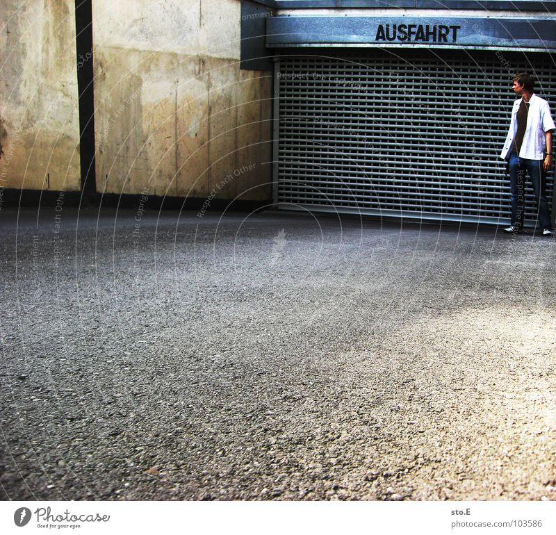 opfer der inflation Kerl Körperhaltung stehen Tiefgarage Finanzkrise Gitter Muster Aufschrift Asphalt KFZ Fahrzeug aufsteigen Denken Wand Gedanke Hoppegarten