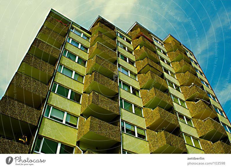 Hochhaus im Viervierteltakt Haus Stadthaus Wohnhochhaus Neubausiedlung Mieter Vermieter Etage Balkon Abend Abenddämmerung Dämmerung Langeweile Berlin Plattenbau