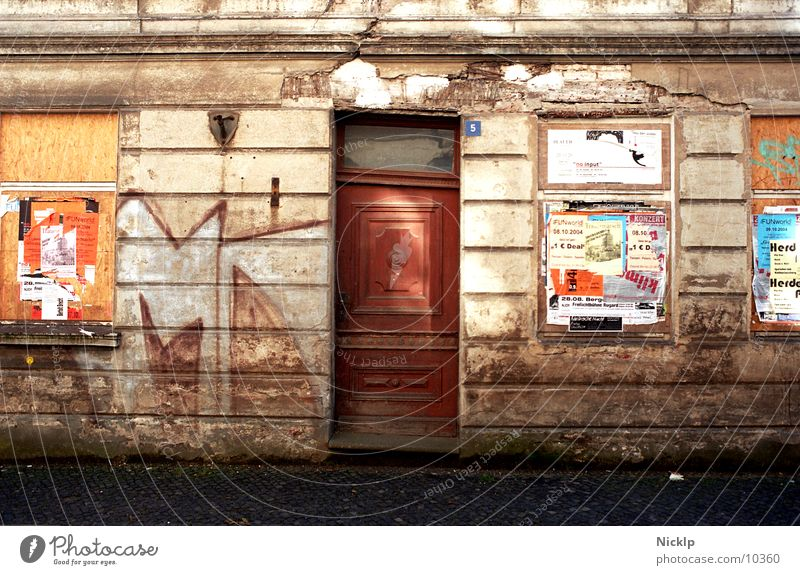 schiefer Haussegen mal anders alt Fenster Wand Graffiti Herbst Mauer Zeit Fassade dreckig Tür Vergänglichkeit Schönes Wetter Kultur Abenteuer kaputt