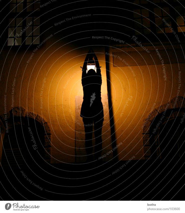 Lampe Wand Mauer Straßenbeleuchtung Laterne Torbogen Fenster Isar Silhouette Licht groß Suche Nacht dunkel ungewiss schwarz Schatten Müllersches Volksbad Fleck