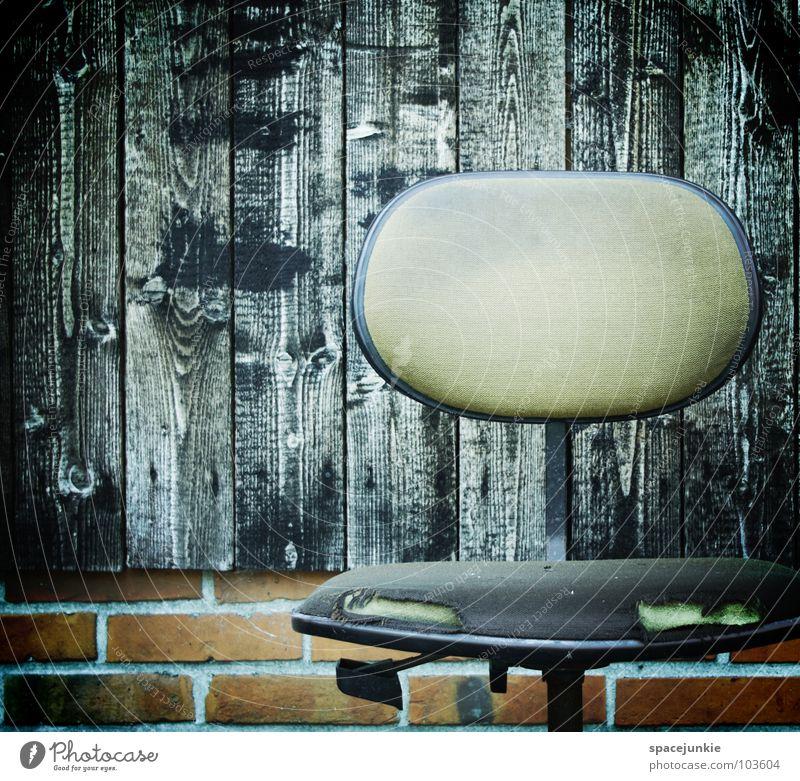 Bitte nehmen Sie Platz ! kaputt nass Holz Backstein ungemütlich schwarz Sitzgelegenheit ruhig Freude Stuhl Bürostuhl alt zernagt verfallen Strukturen & Formen