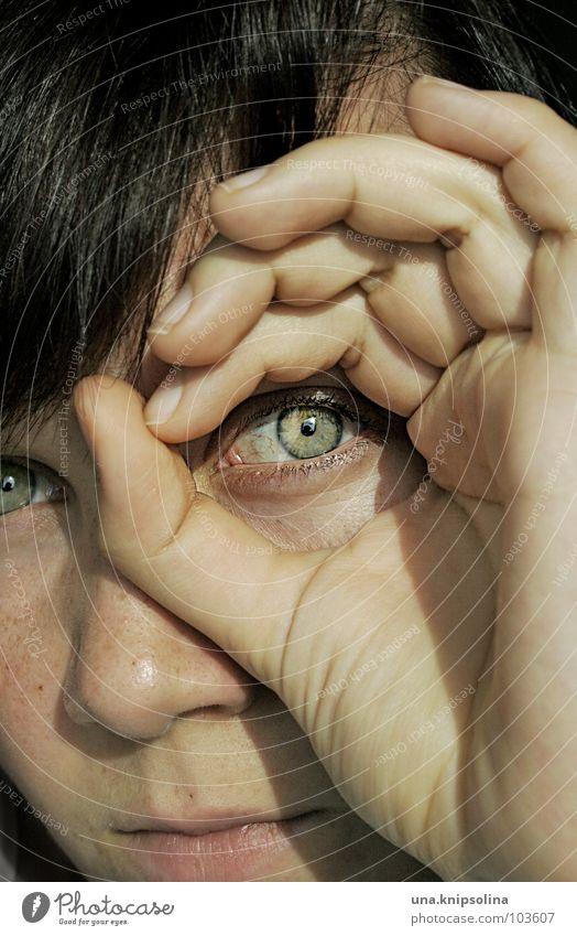 durchblick Junge Frau Jugendliche Erwachsene Auge Hand Finger beobachten grün Durchblick Loch Porträt Blick Mund Nase dunkelhaarig brünett Gesicht