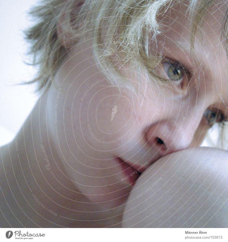 Träumerin. Frau Gesicht Einsamkeit träumen Kopf Traurigkeit Denken sitzen Trauer Zukunft Sehnsucht Verzweiflung Idee Barriere Schwäche Knie
