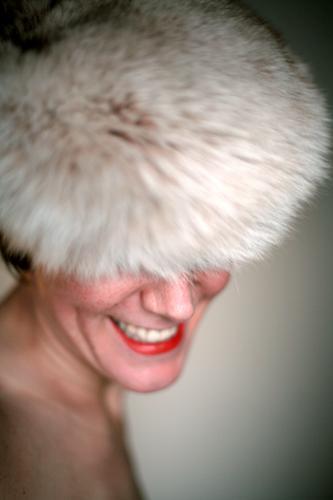 Portraitpose (ohne Hand) Lifestyle elegant Stil schön Lippenstift Frau Erwachsene Leben Gesicht 30-45 Jahre Fell Mütze Lächeln lachen Freundlichkeit