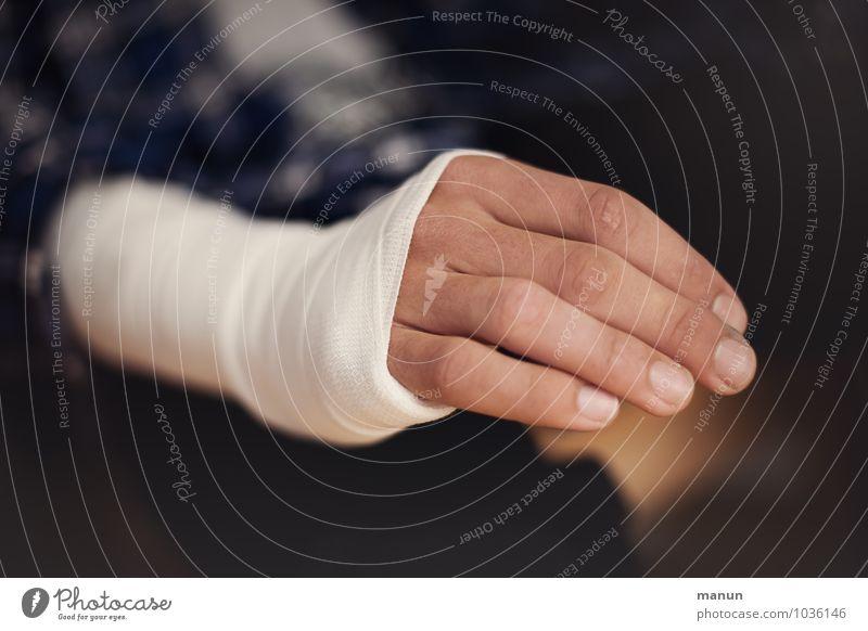 aua Mensch Jugendliche Hand Junger Mann Leben Junge Gesundheit Gesundheitswesen maskulin Kindheit Arme Finger Krankheit Schmerz Arzt Fürsorge