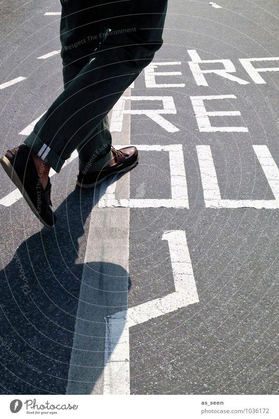 Where are you? Kind Jugendliche Mann Stadt 18-30 Jahre Umwelt Erwachsene Leben Straße Bewegung Wege & Pfade grau Stein Beine gehen Fuß