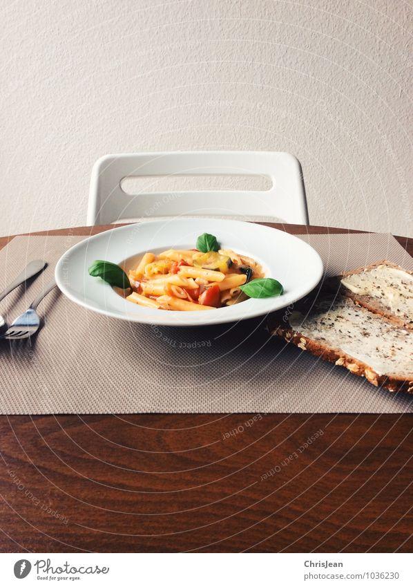 One Pot Pasta Leben Gesundheit Wohnung Häusliches Leben Tisch genießen Kochen & Garen & Backen Stuhl Bioprodukte Wohnzimmer Brot Teller Abendessen Mittagessen