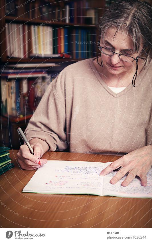 Korrektur Bildung Schule lernen Lehrer Prüfung & Examen Schulunterricht Arbeitsplatz Mensch Leben 1 Schreibstift Zeichen Schriftzeichen Heft