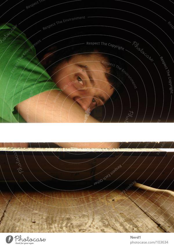 Light Licht Mann Holz Leuchtstoff Langeweile Bodenbelag Auge Blick Junger Mann 18-30 Jahre Jugendliche Porträt Männergesicht liegen Leuchtstoffröhre Kunstlicht