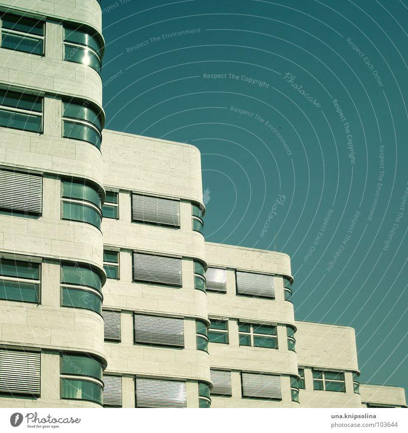 stufig Wellen Haus Architektur Treppe Fenster modern rund weiß Abstufung geschwungen Schwung schwungvoll 5 Jalousie Dynamik reflektion Berlin Farbfoto
