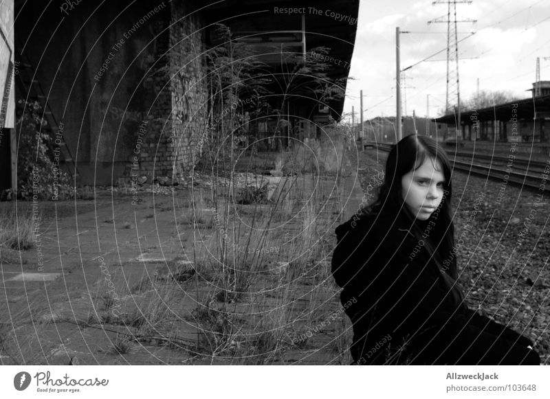 Wann kommt die Bahn denn nun?! Frau Mädchen alt Ferien & Urlaub & Reisen Einsamkeit Erholung Gras warten Eisenbahn Trauer Gleise Dienstleistungsgewerbe Bahnhof