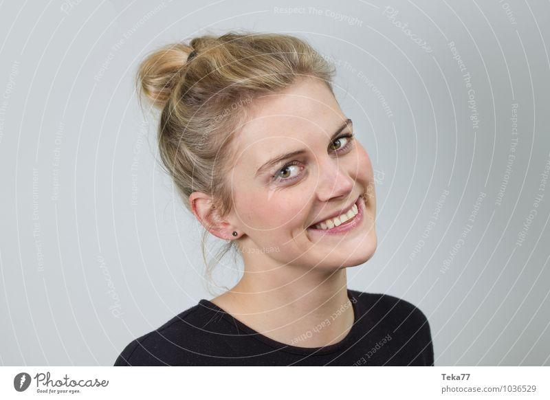 Blicke IIII Lifestyle Stil Sommer Mensch Junge Frau Jugendliche Erwachsene 1 18-30 Jahre Mode blond Freude Glück Fröhlichkeit Zufriedenheit Farbfoto
