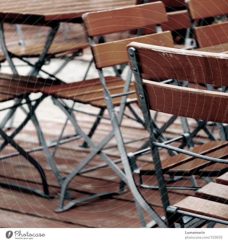 Versetzt Stuhl Platz Tisch Holz Möbel Gastronomie leer Einsamkeit Trauer Enttäuschung Langeweile ruhig Verabredung Regen kalt trist trüb schlechtes Wetter