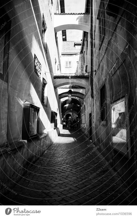 Bozen Kleinstadt Stadt Menschenleer Architektur Fassade dunkel eckig einfach historisch trist Einsamkeit Nostalgie Perspektive Ferien & Urlaub & Reisen ruhig
