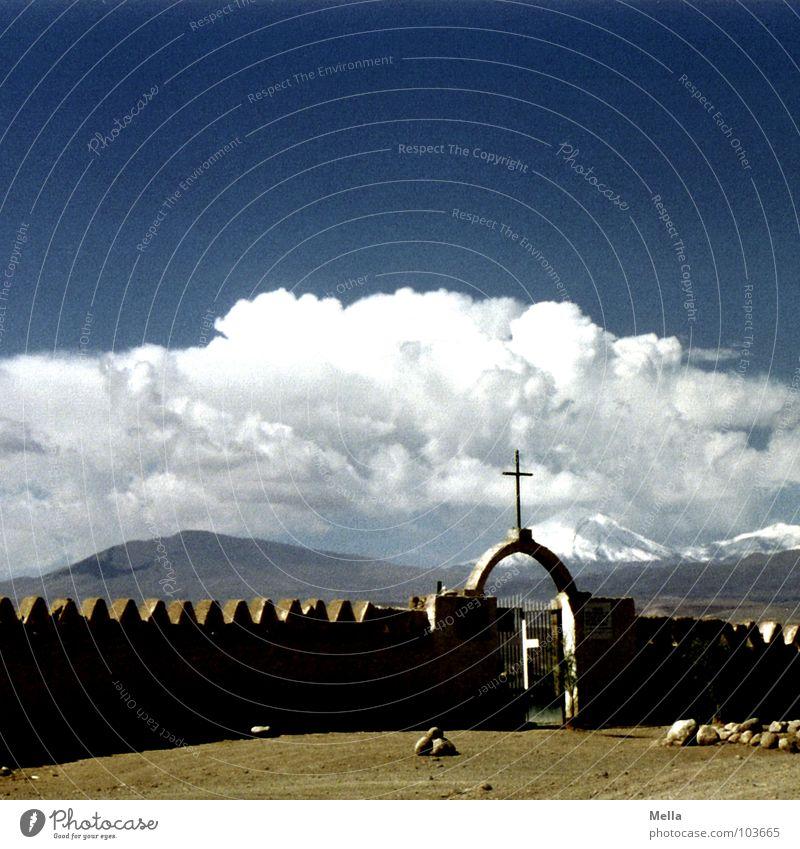 Spiel mir das Lied vom Tod Chile Friedhof Salar de Atacama San Pedro de Atacama Trauer Mauer Staub staubig Wolken Geröll heiß Physik trocken Dürre weiß braun